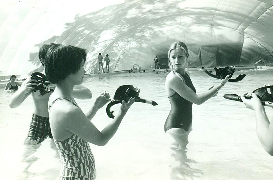 circa mid-1980s:A beginners' scuba diving class in the Molson Pool